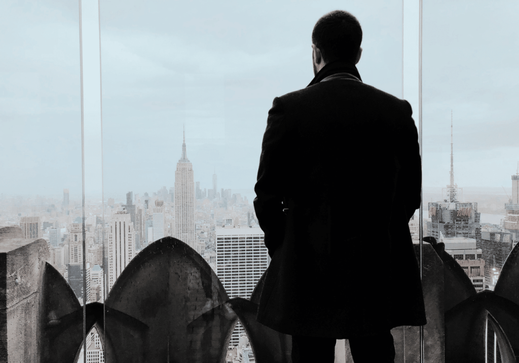Homem olhando para janela do horizonte